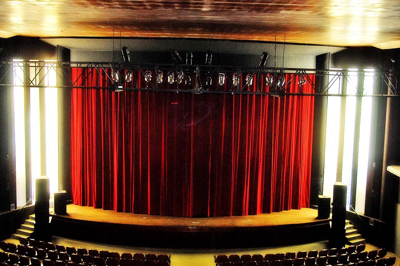 Teatro Recebe Corrimãos E Nova Cortina No Palco